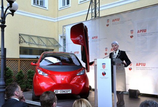 Predsjednica hrvatske Vlade Jadranka Kosor uručila je priznanje tvrtki DOK-ING za razvoj koncepta prvog hrvatskog električnog automobila.