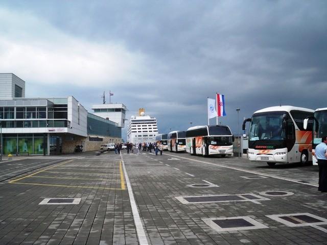 Kruzer Adonia cijeli dan u Rijeci, a putnički terminal i dalje ZATVOREN