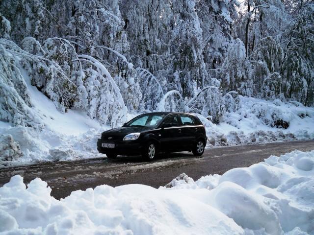 Snijeg otežava promet, neka mjesta ostala bez struje