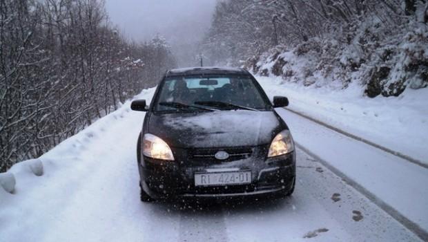 Snijeg, auto - FreePix