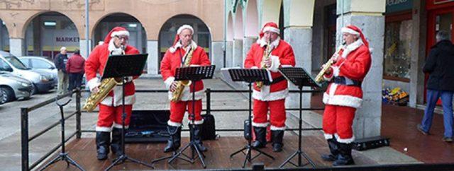 OPATIJA: Djedovi Božićnjaci sviraju sax na Ledenoj čaroliji