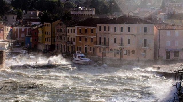 Olujna bura ometa cestovni, pomorski i zračni promet