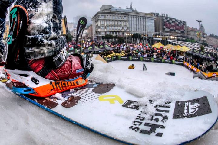Snowboarderi se spuštaju s planine u centar Rijeke 23. veljače