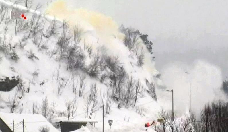 Minirane naslage snijega na cesti kod Fužina