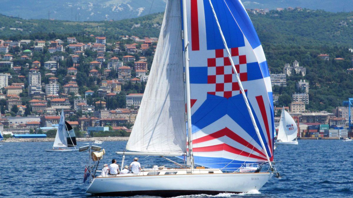 Na Fiumanci zaplovio najveći hrvatski grb ikad