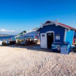 U Banjolu na Rabu otvorena svjetski poznata plaža za pse Monty's Dog Beach & Bar