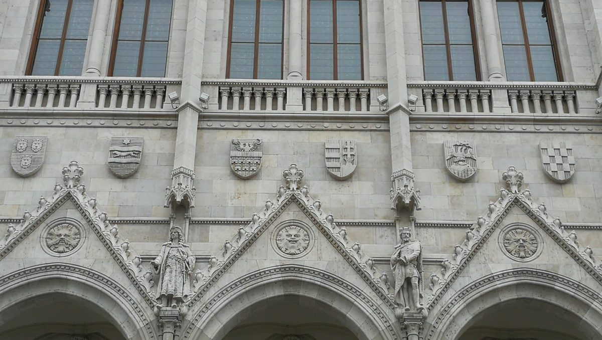 Na mađarskom parlamentu više hrvatskih grbova nego njihovih!