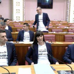 Saborski zastupnici Mosta u majicama s natpisom – Iz fondova EU 2,7 milijardi kuna manje od plana