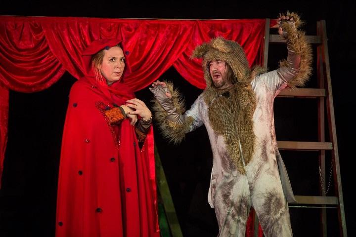 """Vuk vegetarijanac i lovac pljašljivac u predstavi """"Crvenkapica – tko se boji vuka još?"""""""