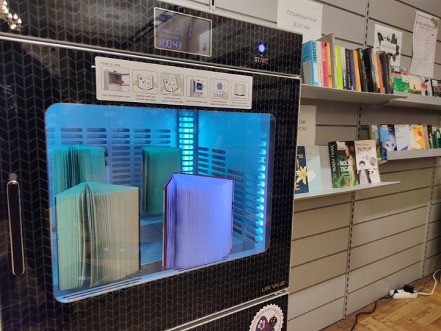 U Gradskoj knjižnici Rijeka posebnim uređajem čiste knjige od virusa, bakterija, grinja, prašine…