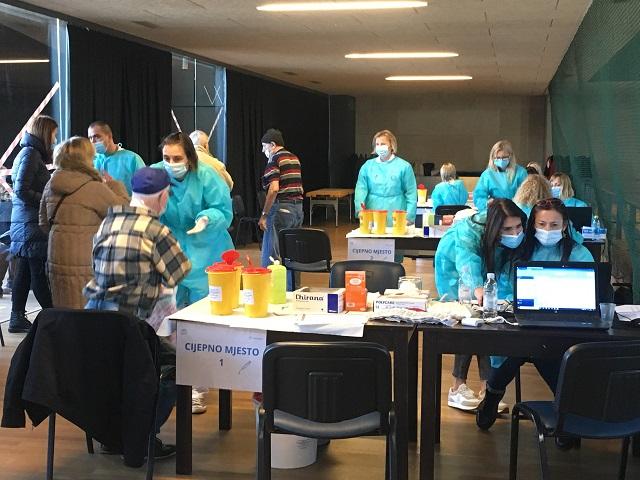 U Sportskoj dvorani Zamet krenulo prvo masovno cijepljenje građana; 97 novooboljelih u PGŽ
